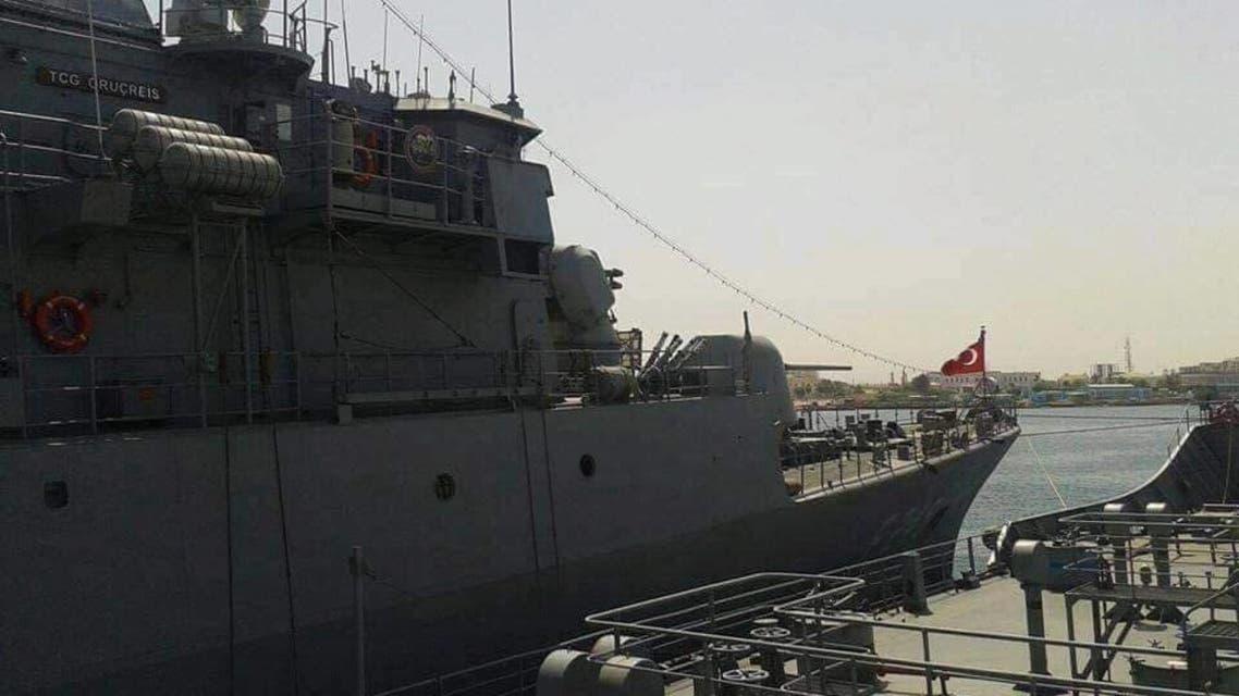 السفينة التركية التي وصلت للميناء (002)