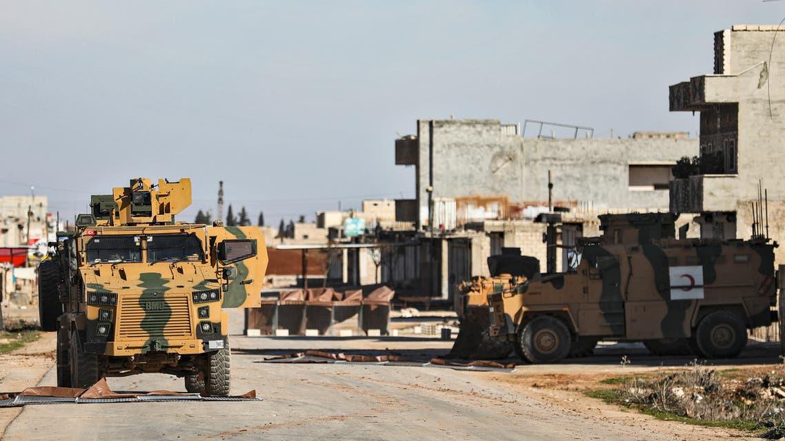 مركبات عسكرية تركية عند نقطة مراقبة على المشارف الشرقية لبلدة سراقب