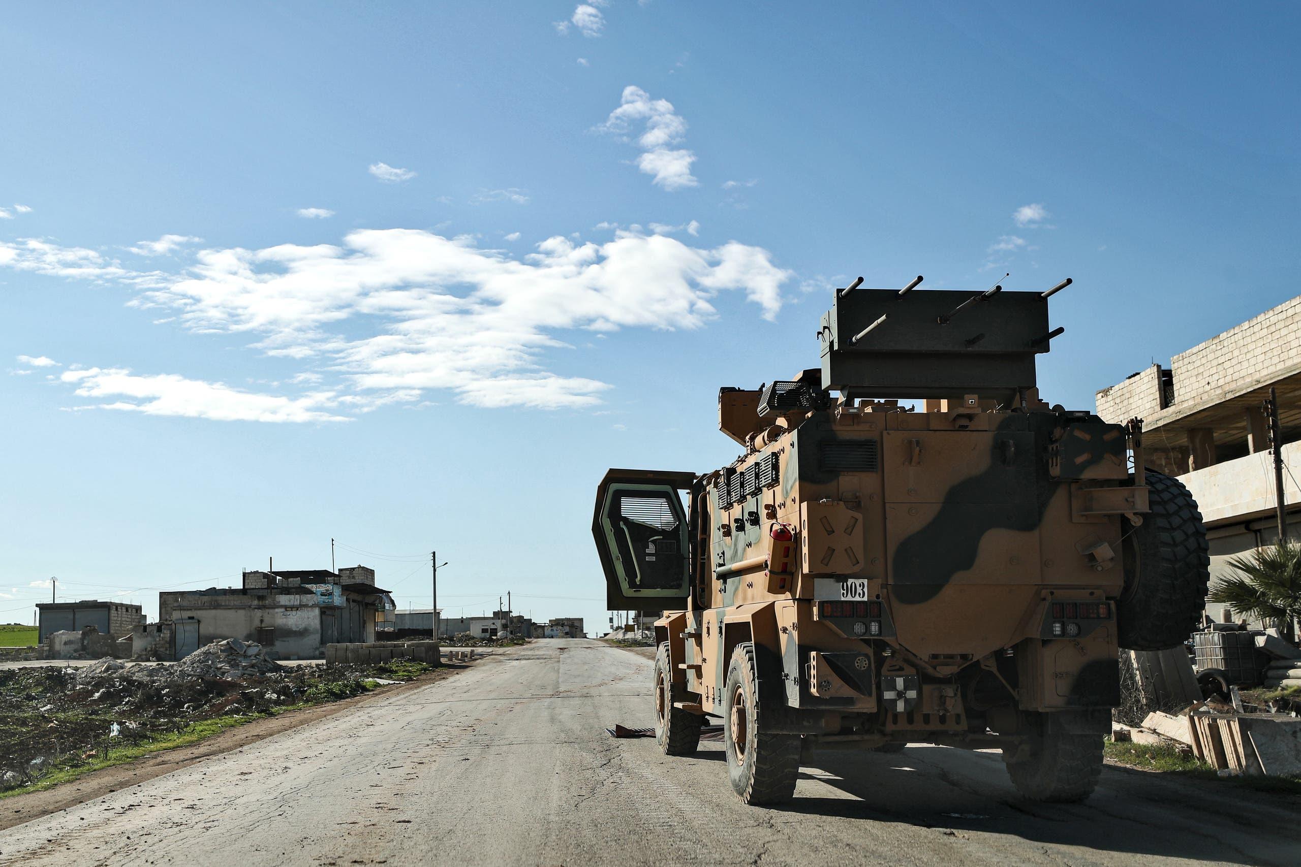 مركبات عسكرية تركية عند نقطة مراقبة على المشارف الشرقية لبلدة سراقب السبت (فرانس برس)