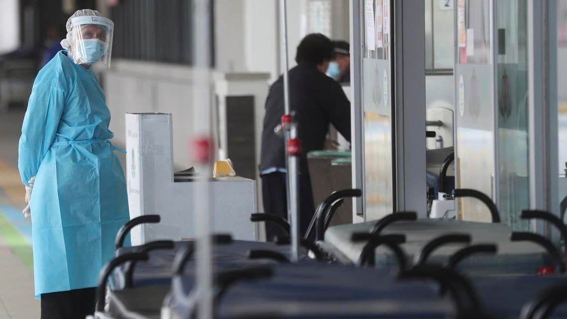 Hospital security wears protective gear at the Princess Margaret Hospital in Hong Kong, Saturday, Feb, 1, 2020. (Photo: AP)