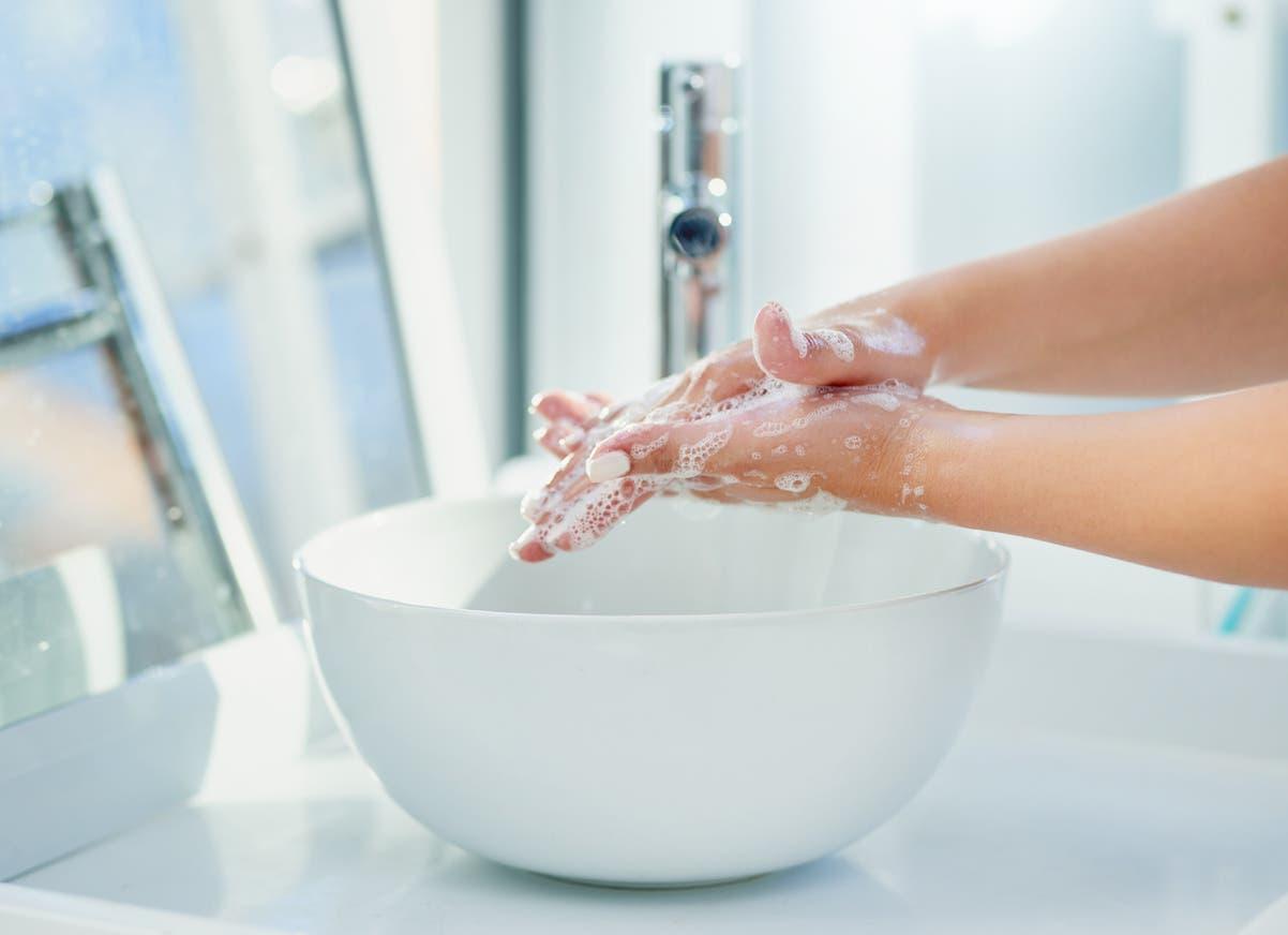 غسل اليدين عند العودة فورا istock