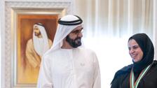 """أخيراً وجدها.. محمد بن راشد يكرم """"المعلمة الإيجابية"""""""