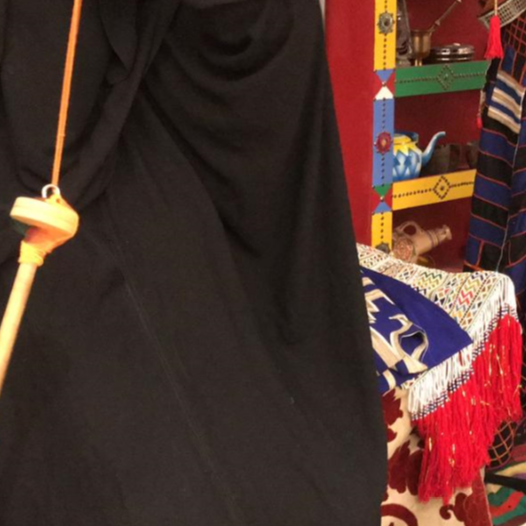 قصة سعودية شغوفة بحياكة الملابس التراثية قبل 40 عاماً