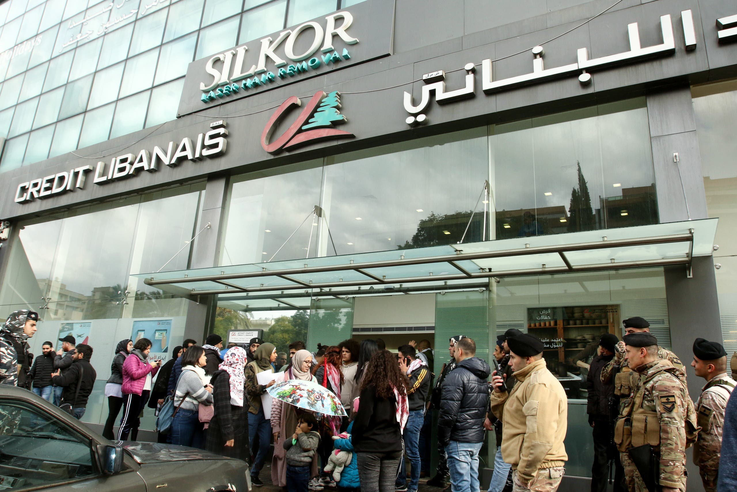 طابور انتظار أمام أحد المصارف في بيروت (أرشيفية- فرانس برس)