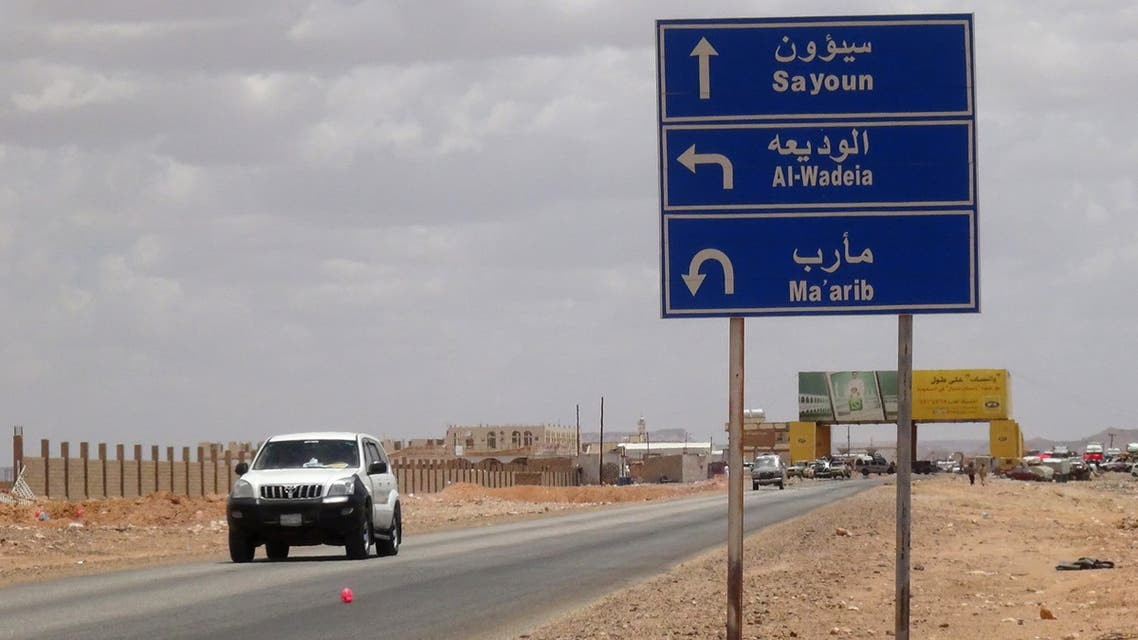 Cars drive on the road leading Yemen's southern Marib province after crossing the Al-Wadeia checkpoint near the Yemen-Saudi border on September 11, 2015. AFP PHOTO / STR