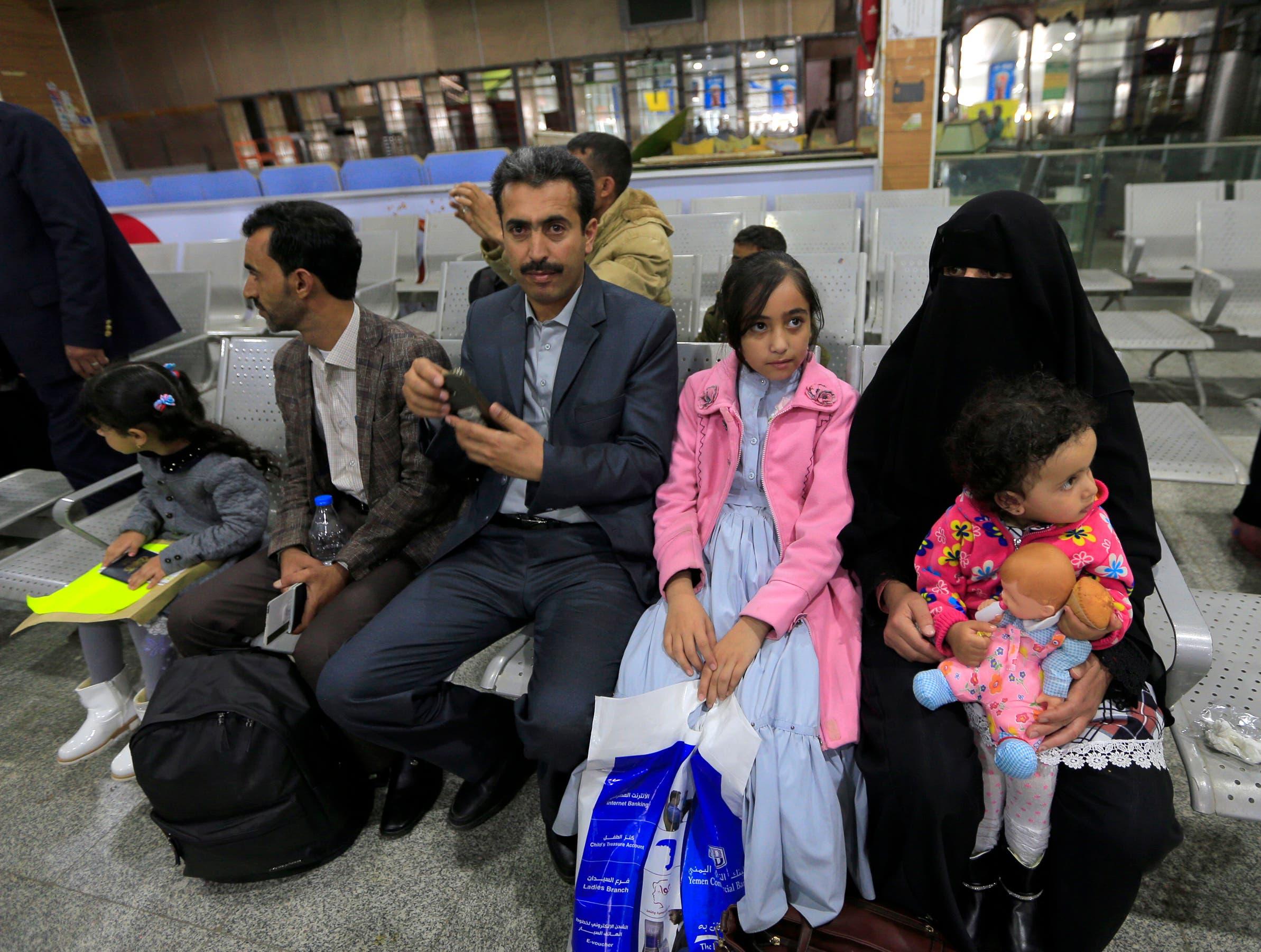 أطفال مرضى في مطار صنعاء بانتظار نقلهم إلى الأردن(أرشيفية- فرانس برس)