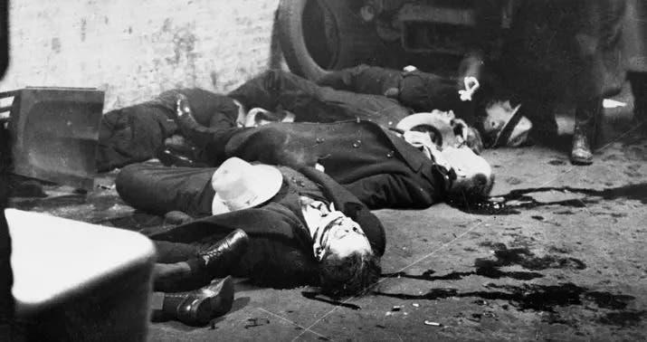 صورة لعدد من القتلى خلال المذبحة يوم 14 فبراير 1929