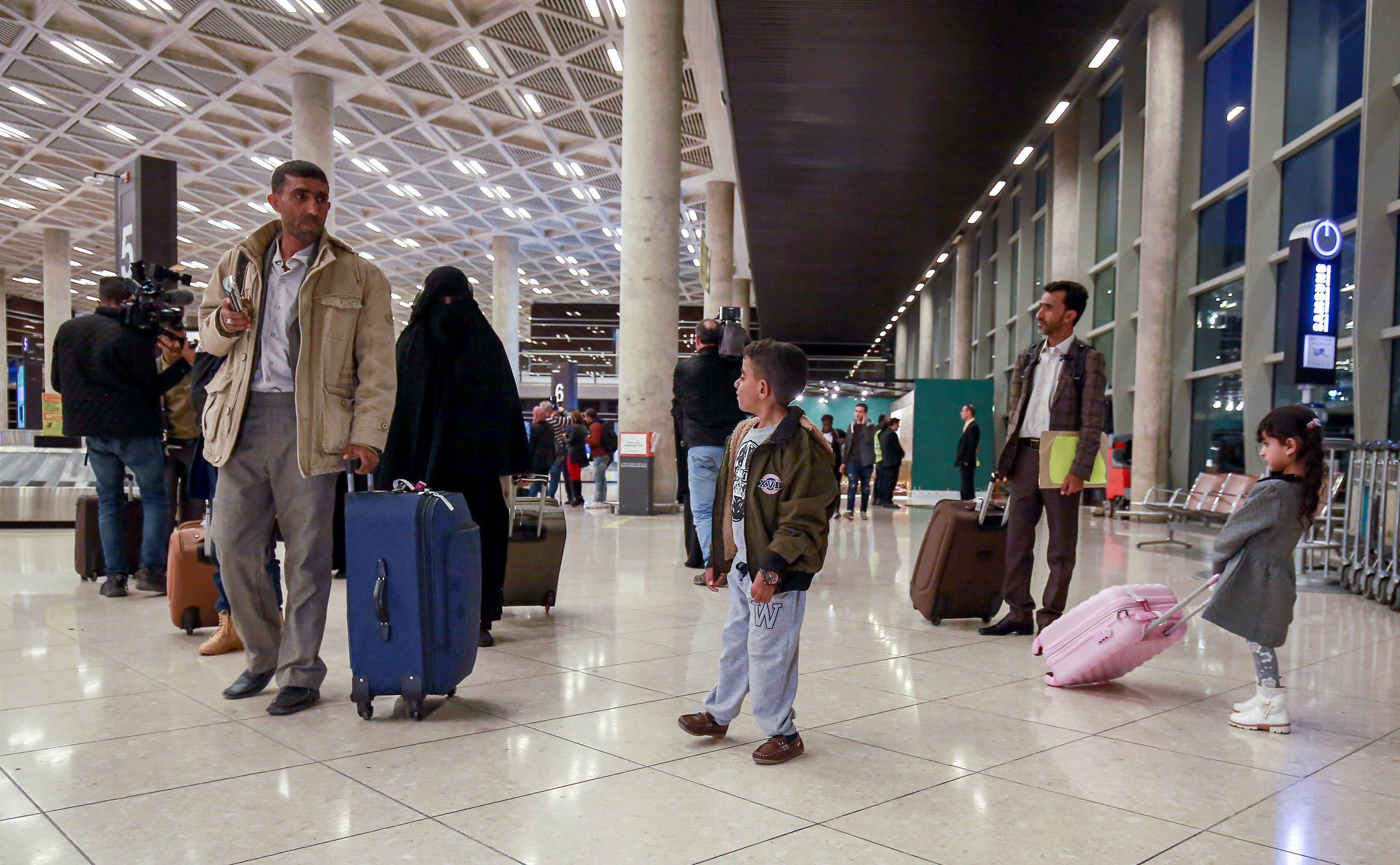 أطفال يمنيون وأولياء أمورهم يصلون إلى العاصمة الأردنية في 3 فبراير