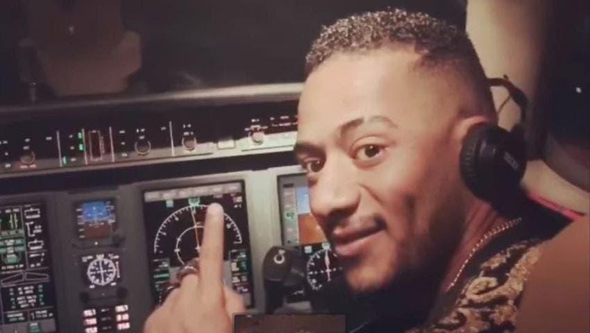 محمد رمضان داخل قمرة القيادة في الطائرة