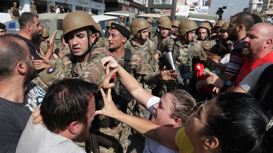 Anti-government protesters scuffle with Lebanese army soldiers in Zouk Mosbeh, north of Beirut on Nov. 5, 2019. (File photo: AP)