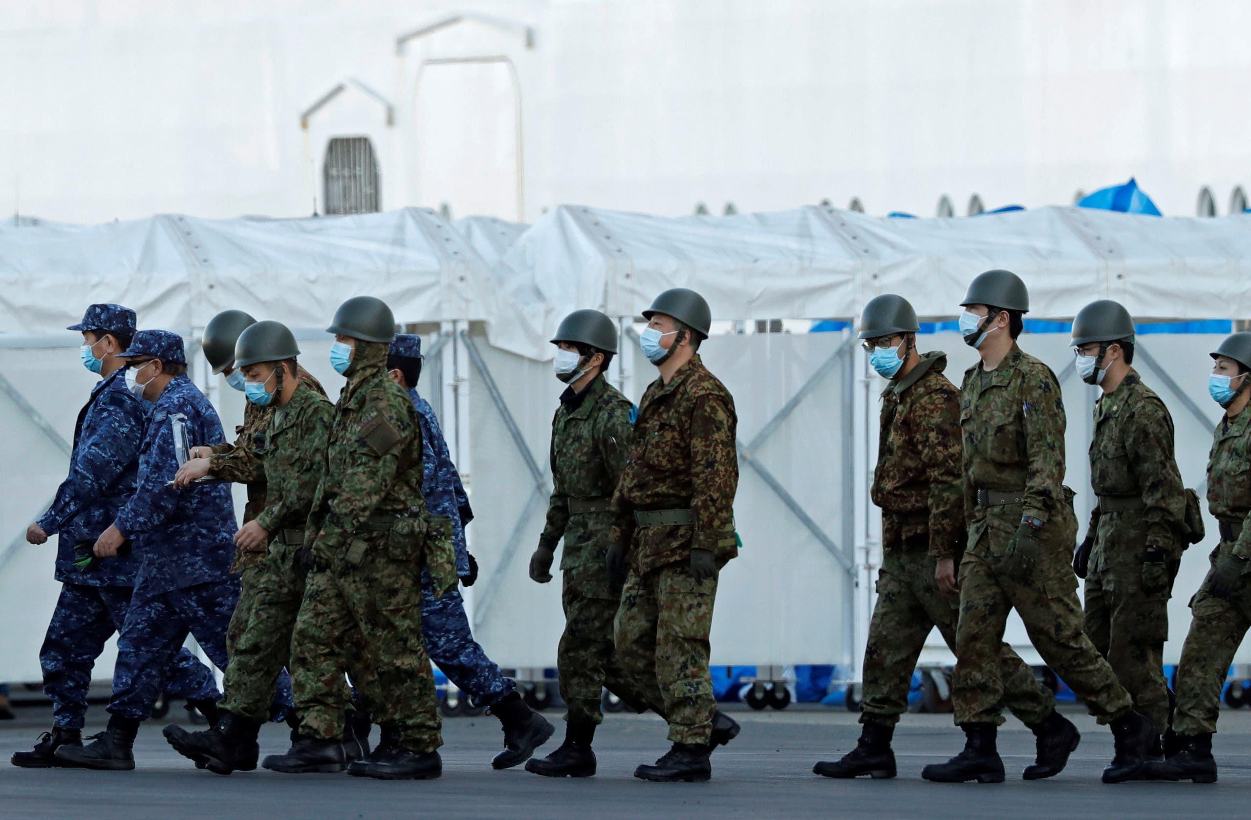 عناصر من الشرطة اليابانية بالقرب من السفينة