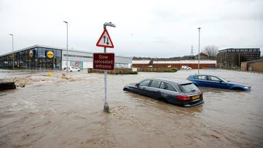 """بالصور.. العاصفة """"كيارا"""" تصيب بريطانيا وشمال أوروبا بالشلل"""