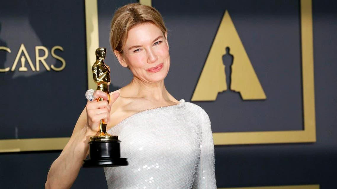 """Renee Zellweger poses with her Oscar for Best Actress in """"Judy"""" in the photo room during the 92nd Academy Awards in Los Angeles, California, February 10, 2020. (Photo: AP)"""