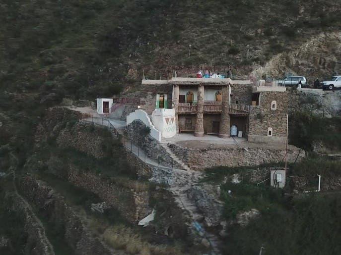 قصر أثري يجسد تراث قرية الحضن جنوب السعودية