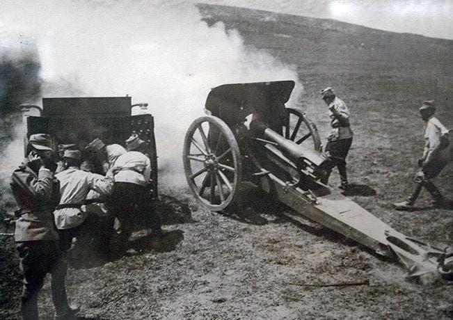 صورة لإحدى فرق المدفعية الرومانية