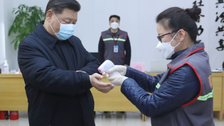 لماذا يقيس رئيس الصين حرارته واضعاً كمامة؟