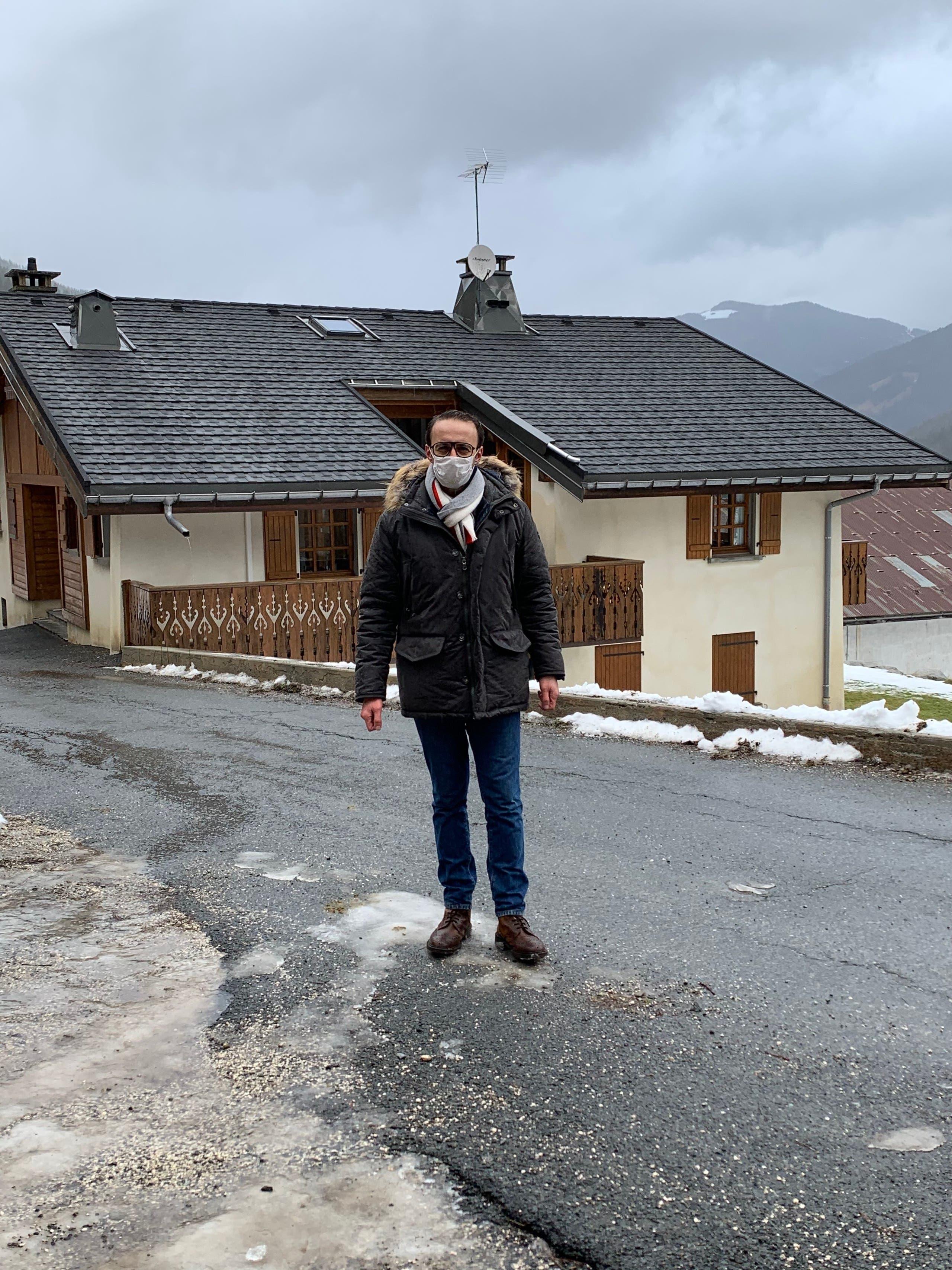 موفد العربية ليث بزاري يرتدي كمامة أمام الكوخ الذي انتشر فيروس كورونا من خلاله في جبال الألب الفرنسية