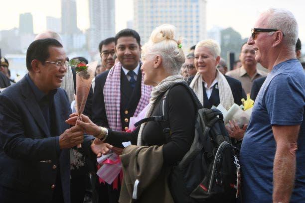 رئيس وزراء كمبوديا يستقبل ركاب السفينة بالورود (فرانس برس)