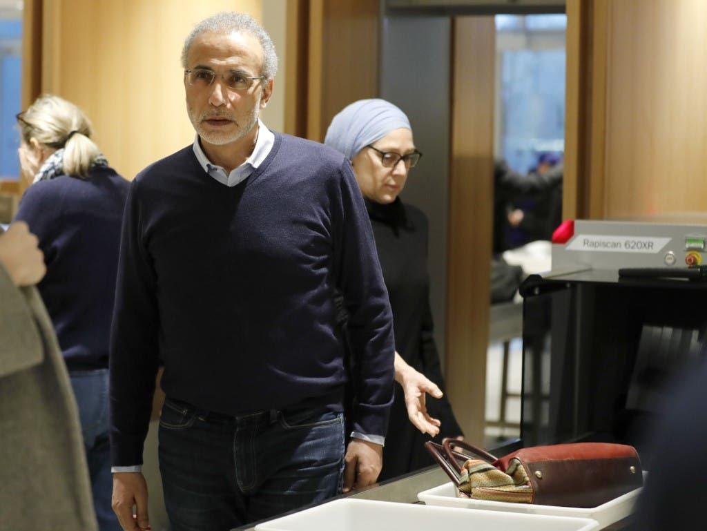 طارق رمضان وصل برفقه زوجته إيمان إلى مقر المحكمة، 13 فبراير فرانس برس