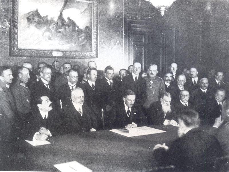 صورة لجانب من الوفود التي حضرت عملية توقيع اتفاقية بوخارست