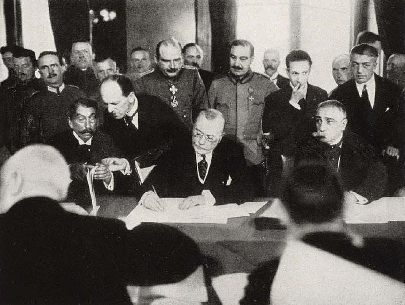 صورة لعملية توقيع اتفاقية بوخارست سنة 1918