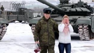 بالدبابات.. ضابط روسي يطلب حبيبته للزواج