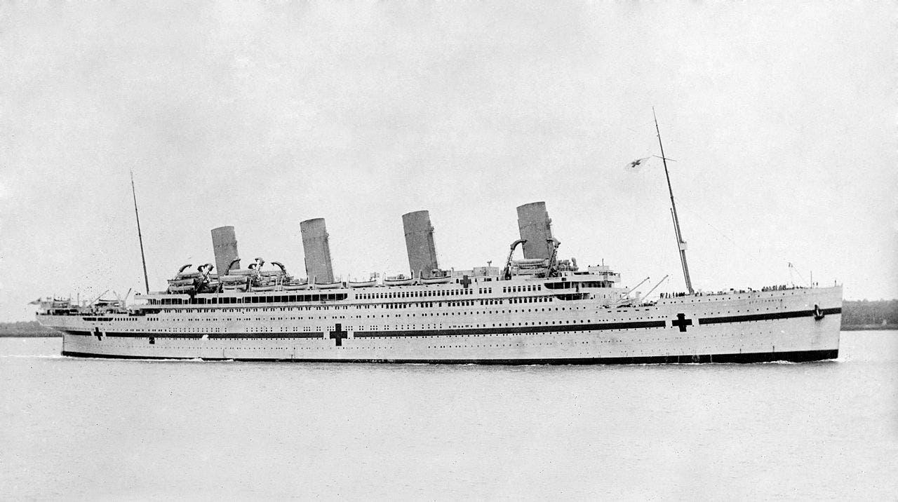 صورة لسفينة بريتانيك أثناء اعتمادها كسفينة مستشفى