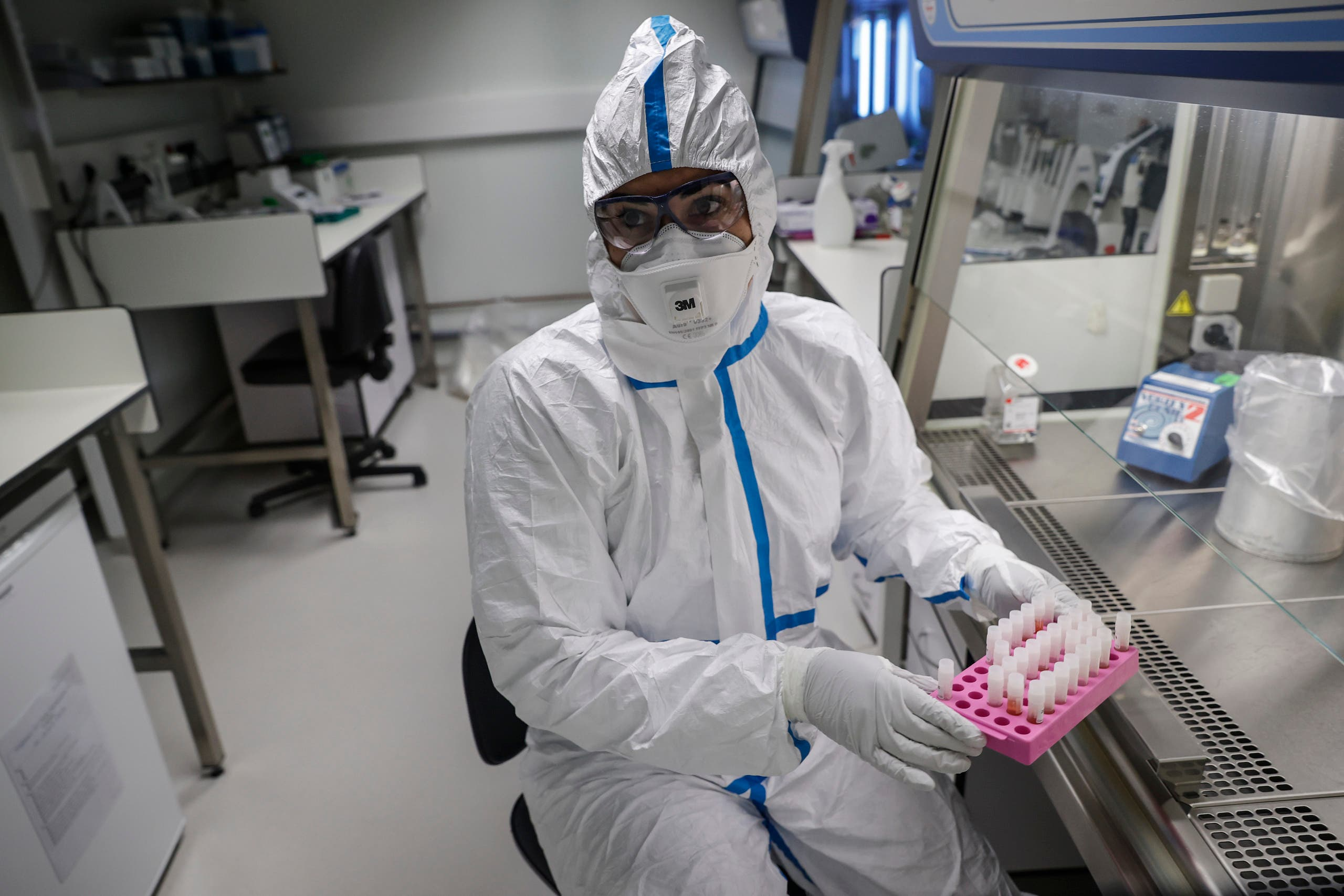 A laboratory operator at the National Reference Center (CNR) for respiratory viruses in Paris, which analyzes coronavirus samples. (File photo: AFP)