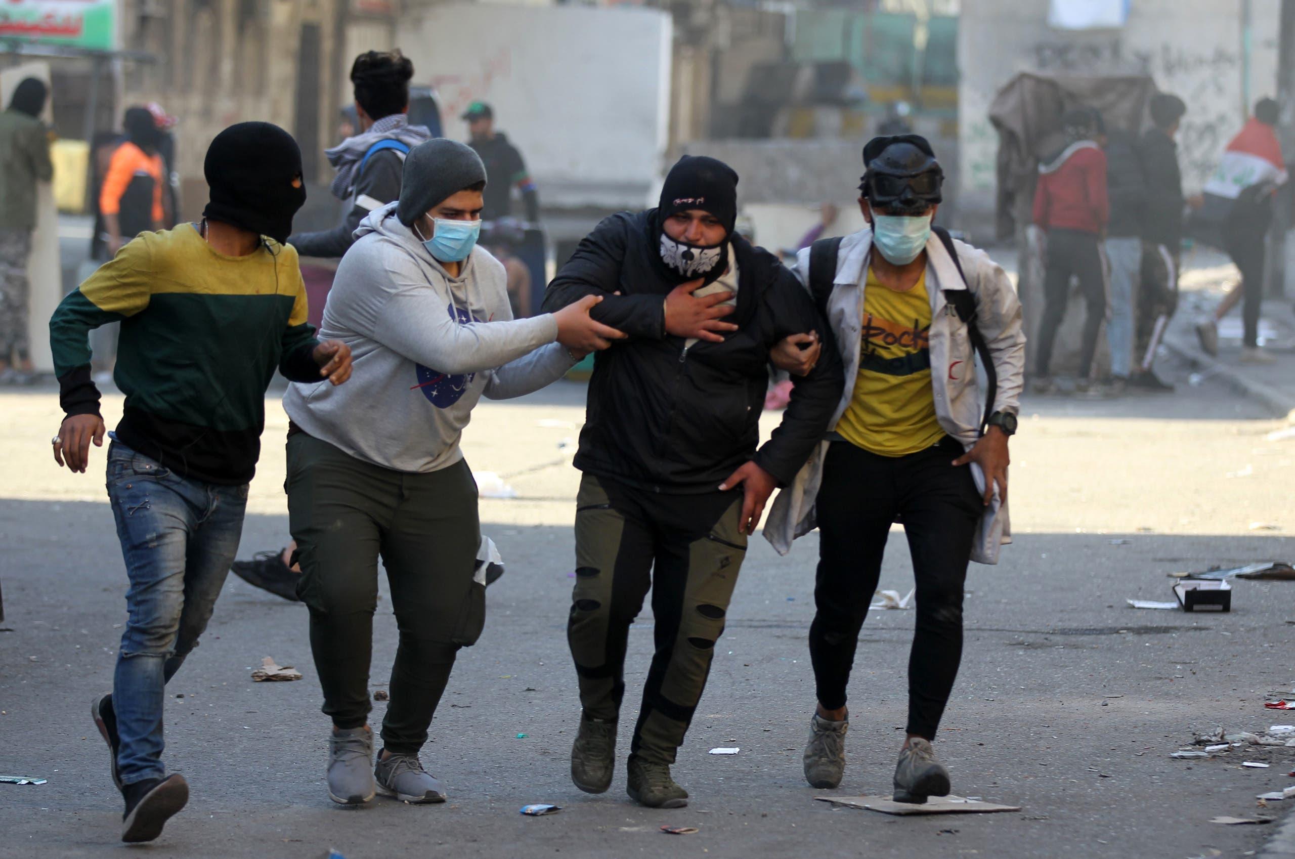 من تظاهرات العراق - مصابون قرب ساحة الخلاني في بغداد