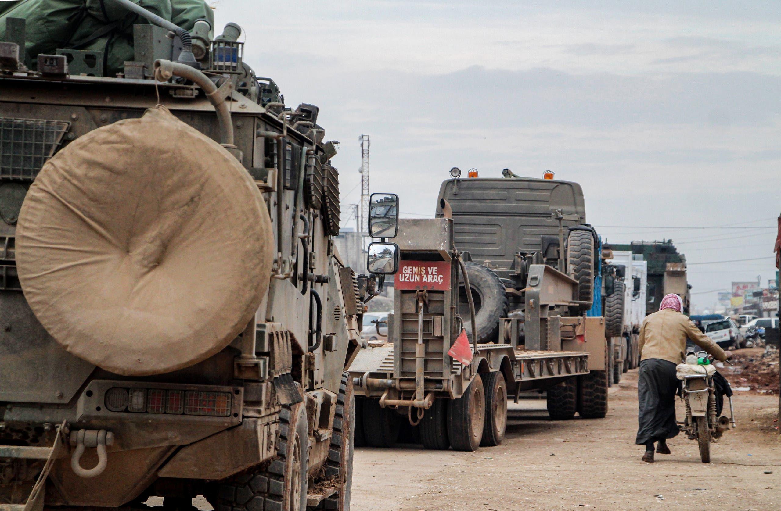 مركبات عسكرية تركية على الطرف الشرقي من محافظة إدلب يوم 15 فبراير (فرانس برس)