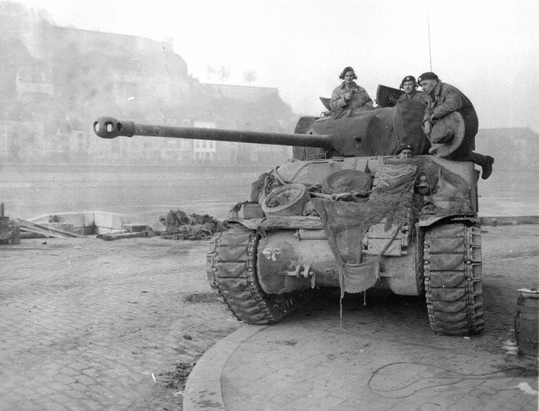 دبابة أميركية خلال معركة الثغرة