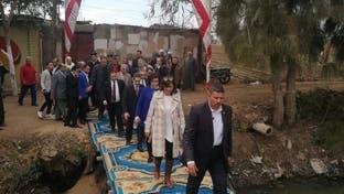 صور غريبة لجسر تسير عليه وزيرة مصرية تثير السخرية