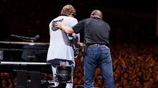 شاهد مغنياً شهيراً تغلبه الدموع على المسرح.. ويعتذر