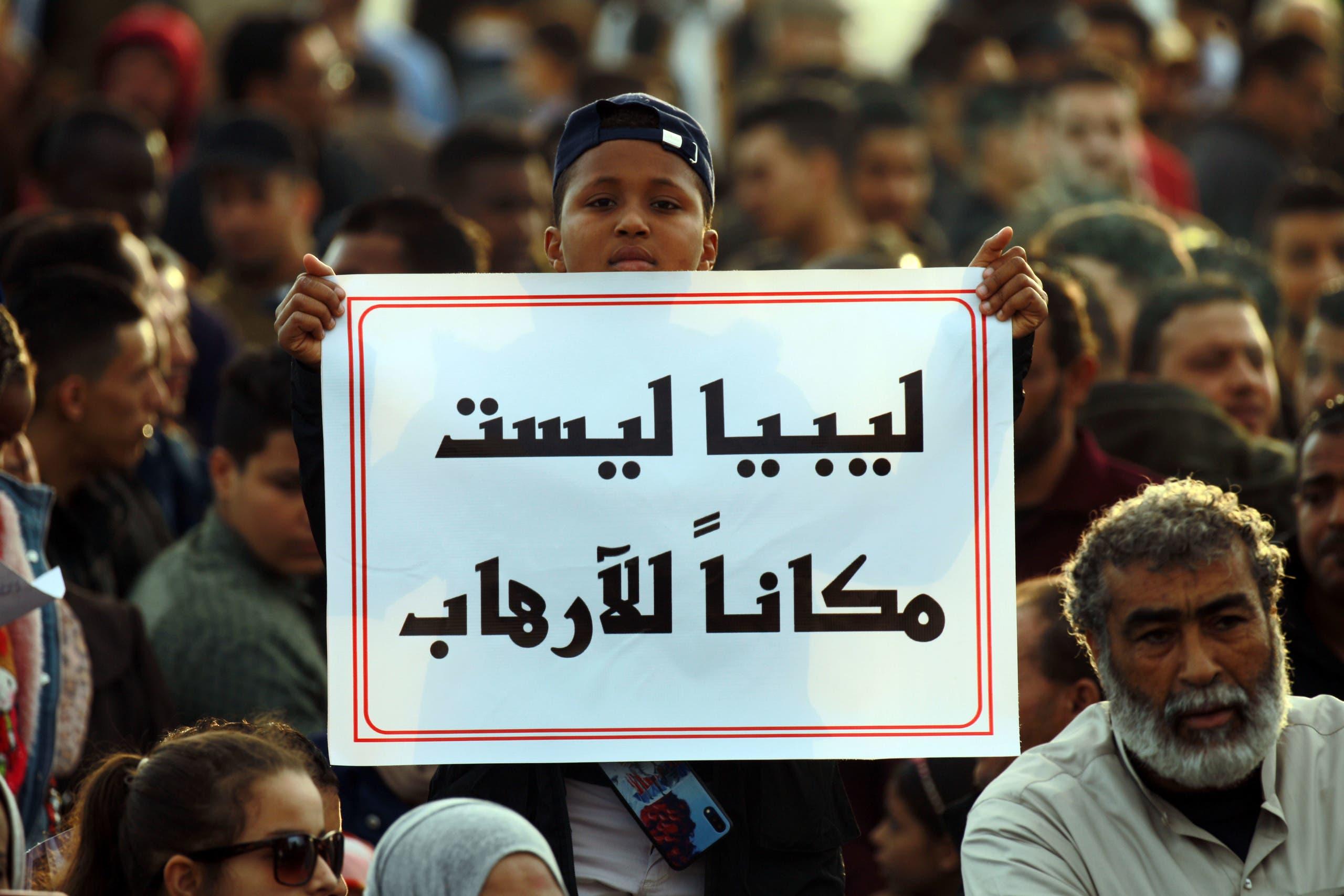 مناصرون للجيش الليبي يرفعون يافطة ضد الإرهاب (أرشيفية- فرانس برس)
