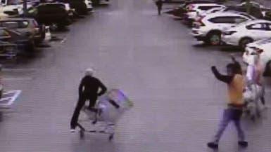 شاهد.. متسوق يتدخل بطريقة غريبة لاعتقال سارق