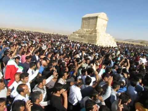 إيرانيون يحيون تاريخهم قبل الإسلام بالتجمع حول مقبرة قوروش بالقرب من شيراز