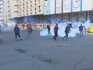 شاهد.. عنصر أمن يهدد متظاهرين عراقيين بذبحهم