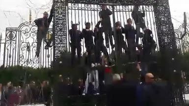 فيديو.. محاولة اقتحام لبرلمان تونس وتهديد بانتحار جماعي