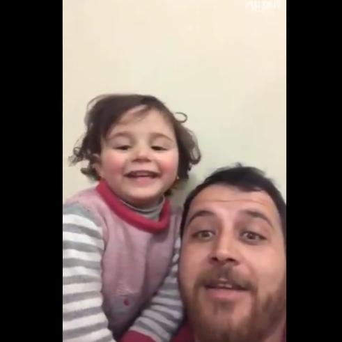 مشهد مؤثر.. أب سوري