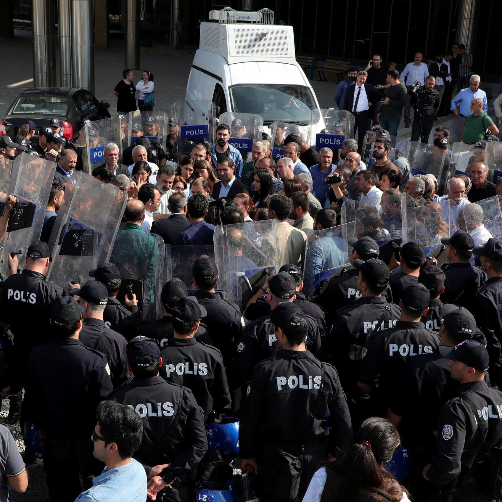 ضرب واعتقال.. الشرطة التركية تفرق احتجاجاً لحزب معارض