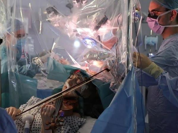 مريضة تعزف الكمان أثناء خضوعها لجراحة استئصال ورم بالدماغ