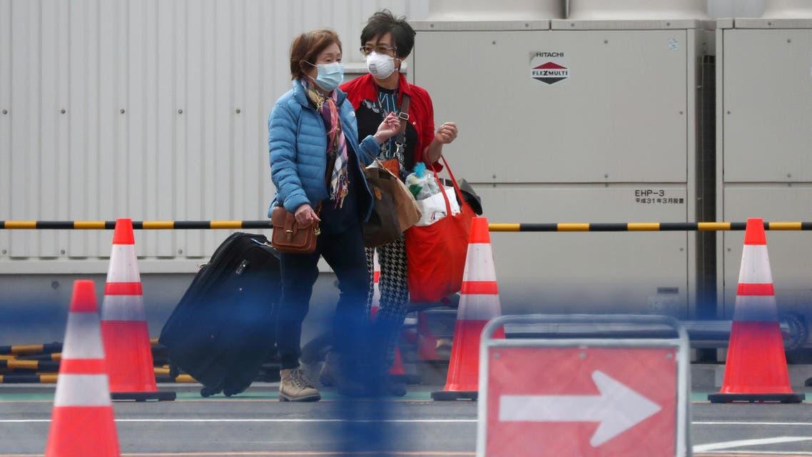 Passengers walk out from the cruise ship Diamond Princess at Daikoku Pier Cruise Terminal in Yokohama. (reuters)