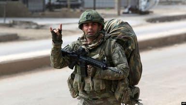 شاهد.. جندي تركي يرفع علامة فاشية في سوريا
