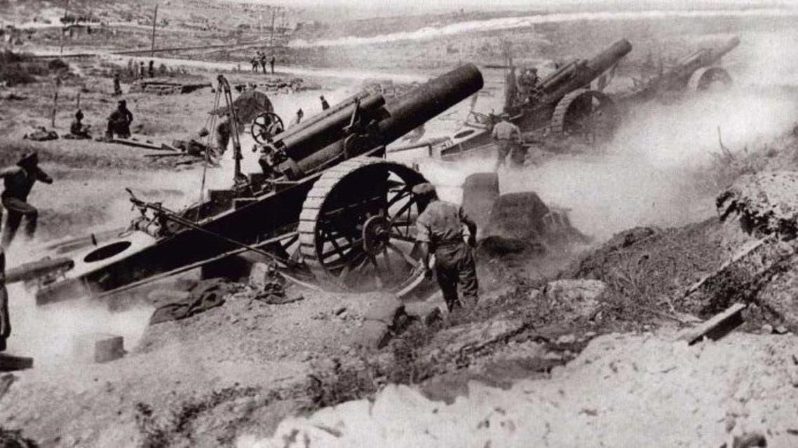 صورة لعدد من المدافع البريطانية خلال عملية قصف بالحرب العالمية الأولى