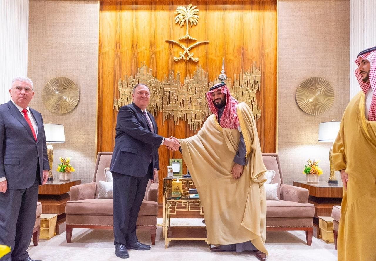 الأمير محمد بن سلمان يصافح بومبيو