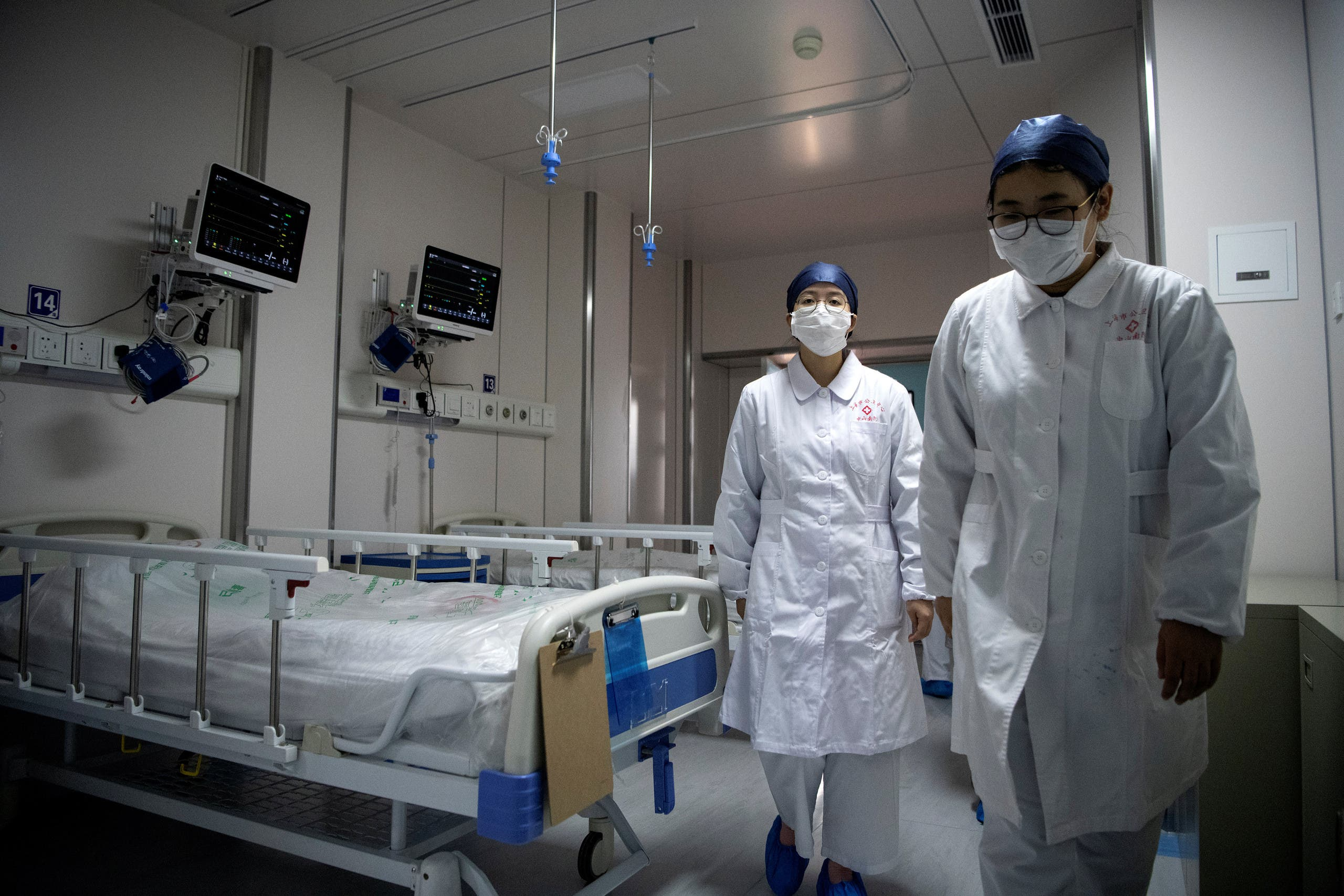 Nurses walk inside a quarantine room for coronavirus patients at finished but still unused building A2 of the Shanghai Public Clinical Center, in Shanghai, China February 17, 2020. (Reuters)