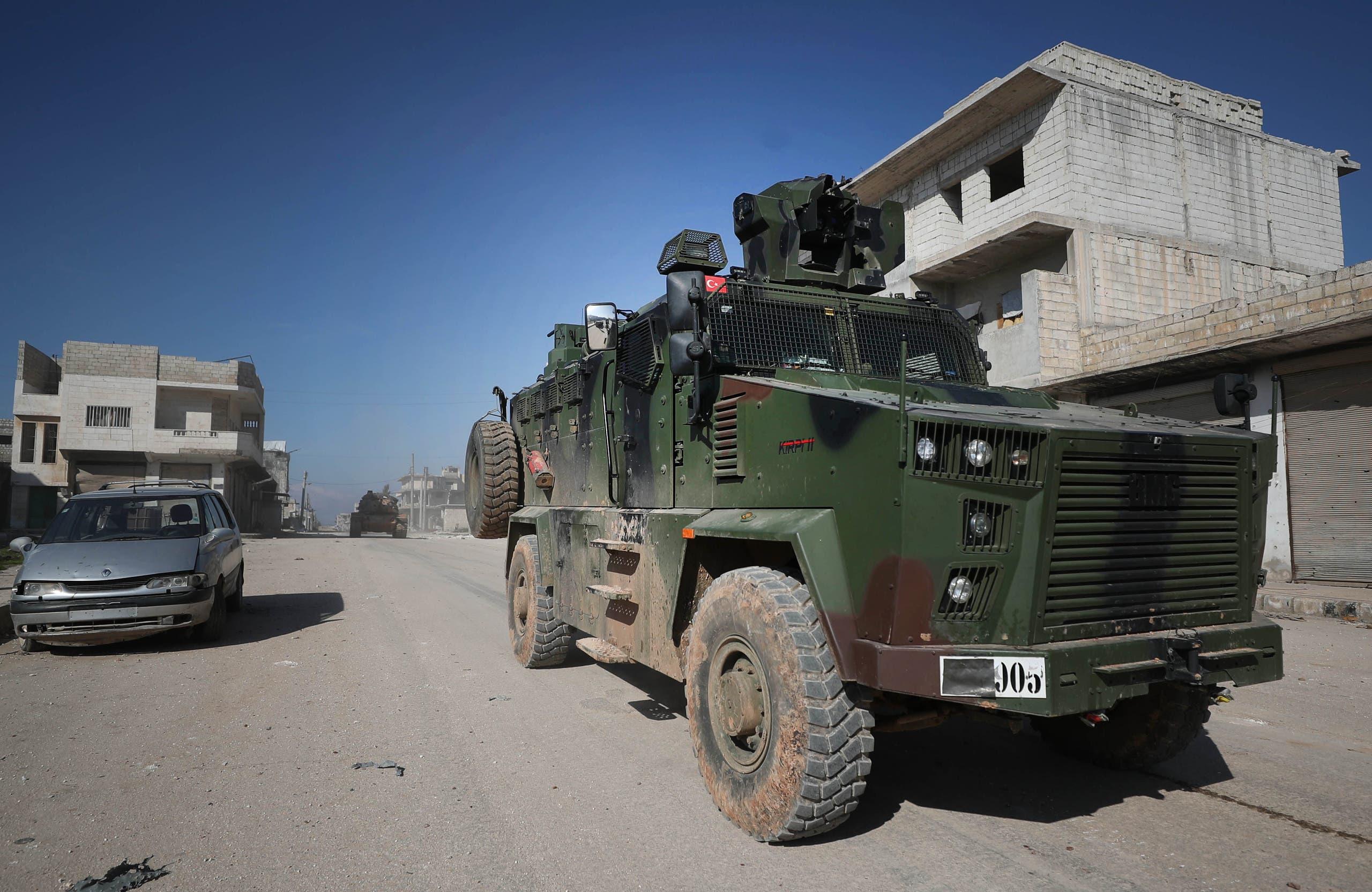 آلية تركية في بلدة سرمين في إدلب (20 فبراير- فرانس برس)