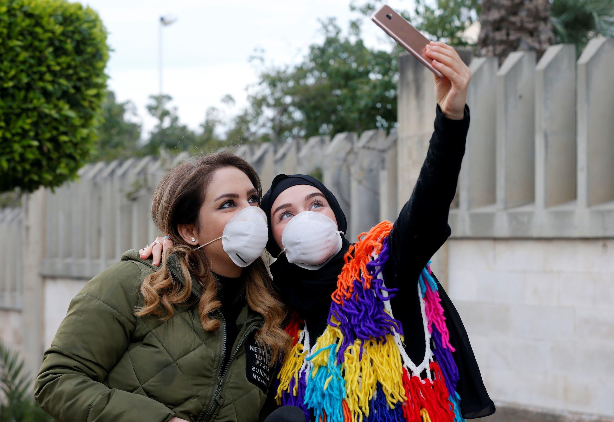 سيلفي من أمام مستشفى رفيق الحريري(21 فيراير- رويترز)