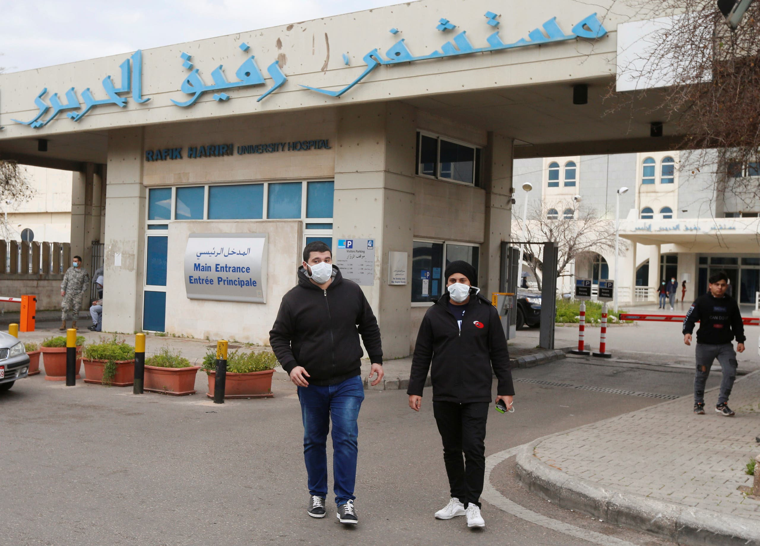 من أمام مستشفى رفيق الحريري في بيروت (21 فيراير- رويترز)
