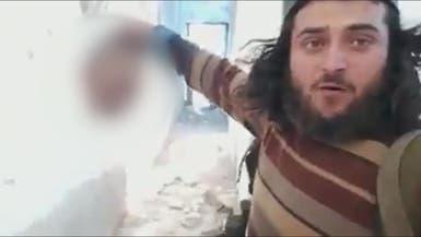 على خطى داعش.. موالٍ لتركيا يلوح برأس مقطوعة!